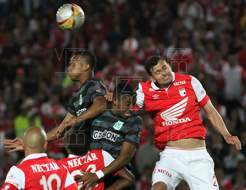 BOGOTA -COLOMBIA, 16-NOVIEMBRE-2014. <br /> Jose De La Cuesta  (Der) de Independiente Santa Fe disputa el balon con Oscar Murillo   (Izq) del Atletico Nacional  durante partido por los cuadrangulares semifinales 1 fecha  de la Liga Postobón II 2014 jugado en el estadio Nemesio Camacho El Campin de la ciudad de Bogota./Jose De La Cuesta  (R)  of Independiente Santa Fe  dispute the ball with Oscar Murillo (L) of Atletico Nacional during the semifinal match runs one date Postobón II League 2014 played at Nemesio Camacho El Campin stadium in Bogota city.Photo / VizzorImage / Felipe Caicedo  / Staff