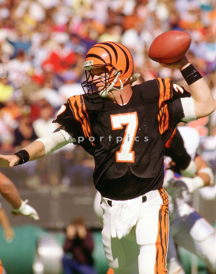 Cincinnati Bengals Boomer Esiason (7) in action during a game from his 1986 season with the Cincinnati Bengals. Boomer Esiason played for 14 years with 3 different teams and was a 4-time Pro Bowler.(SportPics)
