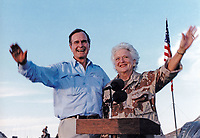 United States President George H.W. Bush and first lady Barbara Bush visit US military personnel on Thanksgiving in Saudi Arabia on November 22, 1990.<br /> CAP/MPI/RS<br /> &copy;RS/MPI/Capital Pictures