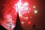 Foto: VidiPhoto<br /> <br /> DEN HAAG &ndash; Nederlandse ziekenhuizen zijn dinsdag druk met het behandelen van tientallen vuurwerkgewonden. Daarnaast zijn er veel mensen opgenomen met alcoholvergiftiging en slachtoffers van vechtpartijen. Daarnaast vielen er twee doden als gevolg van het vuurwerk. In totaal werd er voor meer dan 70 miljoen euro aan vuurwerk verkocht, meer dan tijdens de jaarwisseling van 2017-2018. Veel vuurwerk werd aangeschaft in Duitsland, waar er minder regels zijn en het ook goedkoper is.