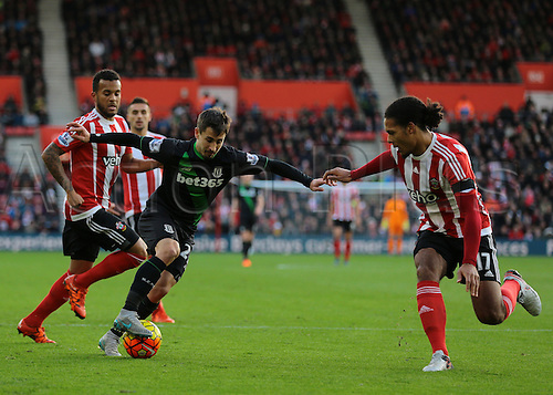 21.11.2015. St Marys Stadium, Southampton, England. Barclays Premier League. Southampton versus Stoke City. Stoke City Striker Bojan Krkic attempts to get past Virgil Van Dijk of Sothampton