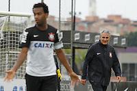 SAO PAULO, SP 24 SETEMBRO 2013 - TREINO CORINTHIANS - O técnico Tite durante o treino de hoje, 24, no Ct. Dr. Joaquim Grava.. foto: Paulo Fischer/Brazil Photo Press.