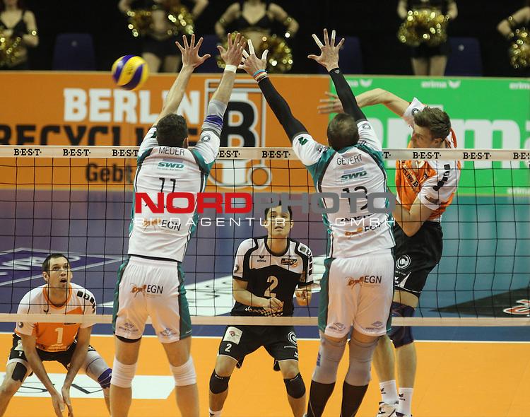 09.04.2015, Max Schmeling Halle, Berlin, GER, 1.VBL, BR Volleys vs. Dueren, im Bild Robert Kromm (BR Volleys), Erik Shoji (BR Volleys), Scott Touzinsky (BR Volleys), Davic Meder (Dueren), Sebastian Gevert (Dueren)<br /> <br />               <br /> Foto &copy; nordphoto /  Engler