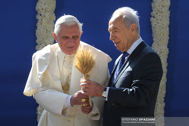 Pope Benedict XVI plants an olive tree with Israel's President Shimon Peres (L) at the President's residence in Jerusalem May 11, 2009..