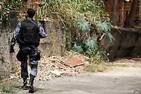 ATEN&Ccedil;&Atilde;O EDITOR: FOTO EMBARGADA PARA VE&Iacute;CULOS INTERNACIONAIS. - RIO DE JANEIRO,RJ,25 DE SETEMBRO DE 2012- OPERA&Ccedil;&Atilde;O POLICIAL - COMUNIDADE  DO  JACAR&Eacute; - Na  manh&atilde; desta ter&ccedil;a-feira (25) policiais do BP CHOQUE,com apoio do BATALH&Atilde;O DE OPERA&Ccedil;&Atilde;O  COM C&Atilde;ES (BAC) realizam  opera&ccedil;&atilde;o  contra o tr&aacute;fico de  drogas  na  Comunidade do Jacar&eacute;. Zona Norte do RJ.Na opera&ccedil;&atilde;o  foram apreendidas 4  motos, material  para endola&ccedil;&atilde;o e  quantidade de drogas, entre maconha e  coca&iacute;na.<br /> ( GUTO MAIA / BRAZIL PHOTO PRESS )
