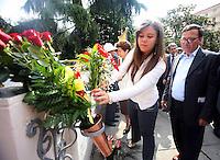 ALESSANDRA CLEMENTE , FIGLIA DI SILVIA RUOTOLO VITTIMA INNOCENTE  DELLA CAMORRA NAPOLETANA E'  NOMINATA ASSESSORE ALLE POLITICHE GIOVANILI DEL COMUNE DI NAPOLI .NELLA FOTO CON IL PADRE LORENZO DEPONE FIORI SULLA LAPIDE CHE RICORDA OMICIDIO DELLA MADRE . FOTO CIRO DE LUCA