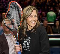 Februari 12, 2015, Netherlands, Rotterdam, Ahoy, ABN AMRO World Tennis Tournament,Spectator gets the broken racket from Andy Murray<br /> Photo: Tennisimages/Henk Koster