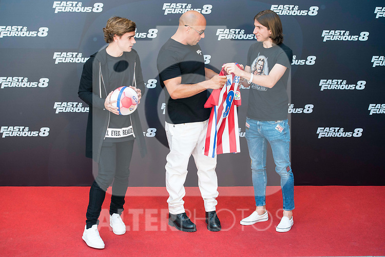 "American actor Vin Diesel with Atletico de Madrid's player Antoine Griezmann (L) and Filipe Luis (R) during the presentation of the film ""Fast & Furious 8"" at Hotel Villa Magna in Madrid, April 06, 2017. Spain.<br /> (ALTERPHOTOS/BorjaB.Hojas)"