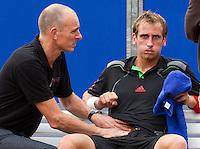 09-09-11, Tennis, Alphen aan den Rijn, Tean International, Thiemo de Bakker wordt door een fysio behandelt aan een buikspier