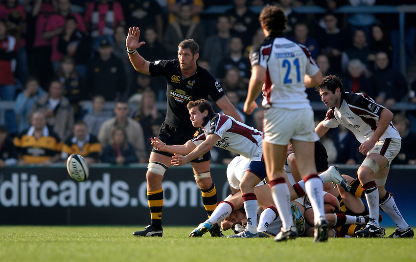 Photo: Richard Lane..London Wasps v Newcastle Falcons. Guinness Premiership. 15/10/2006. .Falcons' Lee Dickinson passes.
