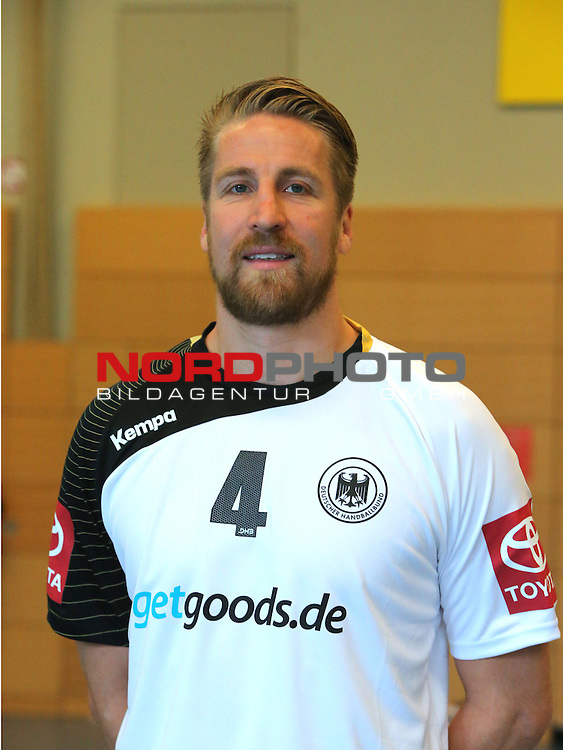 DHB Spieler Oliver Roggisch #4 von Rhein Neckar Löwen bei Fototermin am 30.10.2013 in Hannover