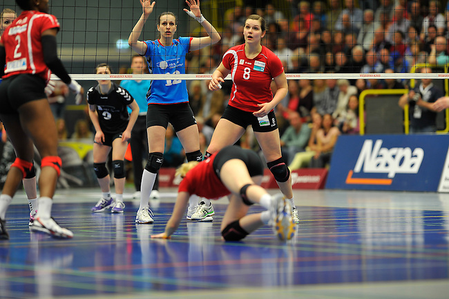 WIESBADEN, DEUTSCHLAND - MAERZ 12: 20. Spieltag in der Deutschen Volleyball Bundesliga (DVL) der Damen. Begegnung zwischen dem VC Wiesbaden (hellblau) und den Roten Raben Vilsbiburg (rot) am 12. Maerz 2014 in der Sporthalle Am 2. Ring in Wiesbaden, Deutschland. Endstand 2-3. (Photo by Dirk Markgraf / www.265-images.com) *** Local caption *** Linda Helterhoff (#8) von den Roten Raben Vilsbiburg, Ksenija Ivanovic (#12) des VC Wiesbaden