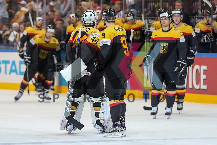 Deutschlands Endras, Dennis (Nr.44)(Adler Mannheim) wird von Deutschlands Rieder, Tobias (Nr.9)(Arizona Coyotes) aufgemuntert, das Team ist entt&auml;uscht im Spiel IIHF WC15 Deutschland vs. Oestereich.<br /> <br /> Foto &copy; P-I-X.org *** Foto ist honorarpflichtig! *** Auf Anfrage in hoeherer Qualitaet/Aufloesung. Belegexemplar erbeten. Veroeffentlichung ausschliesslich fuer journalistisch-publizistische Zwecke. For editorial use only.