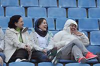BARUERI, SP, 15 DE JULHO DE 2012 - CAMPEONATO BRASILEIRO - PALMEIRAS x SÃO PAULO: Torcedores numa tarde de muito frio antes da partida Palmeiras x são Paulo, válida pela 9ª rodada do Campeonato Brasileiro na Arena Barueri. FOTO: LEVI BIANCO - BRAZIL PHOTO PRESS
