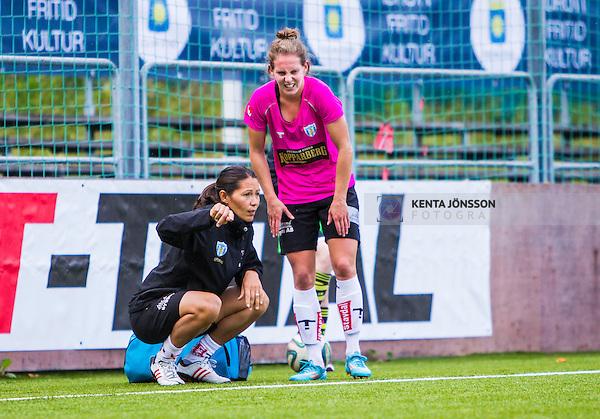 Solna 2014-08-16 Fotboll Damallsvenskan AIK - Kopparbergs/G&ouml;teborg FC :  <br /> Kopparbergs/G&ouml;teborgs Manon Melis har skadat sig tillf&auml;lligt i den andra halvleken och tittas till assisterande tr&auml;nare och fystr&auml;nare Jane T&ouml;rnqvist <br /> (Foto: Kenta J&ouml;nsson) Nyckelord:  AIK Gnaget Kopparbergs G&ouml;teborg Kopparbergs/G&ouml;teborg skada skadan ont sm&auml;rta injury pain depp besviken besvikelse sorg ledsen deppig nedst&auml;md uppgiven sad disappointment disappointed dejected