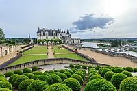 France, Indre-et-Loire (37), Amboise, château d'Amboise, la cour d'honneur vue depuis le belvédère et boules de buis