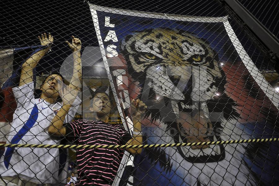 BUENOS AIRES, ARGENTINA, 05 DE DEZEMBRO 2012 - COPA SUL-AMERICANA - TIGRE X SAO PAULO - Torcedores do Tigre durante partida contra o Sao Paulo em jogo de ida valido pela final da Copa Sul-Americana no Estadio La Bombonera em Buenos Aires capital da Argentina, nesta quarta-feira, 05. (FOTO: JUANI RONCORONI / BRAZIL PHOTO PRESS).