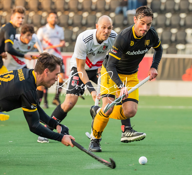 AMSTELVEEN -  Arjen Lodewijks (Den Bosch) (l) geeft de bal aan Sebastian Dockier (Den Bosch)  tijdens de strafcorner   bij de competitie hoofdklasse hockeywedstrijd mannen, Amsterdam- Den Bosch (2-3). op de achtergrond Justin Reid-Ross (Adam) .    COPYRIGHT KOEN SUYK