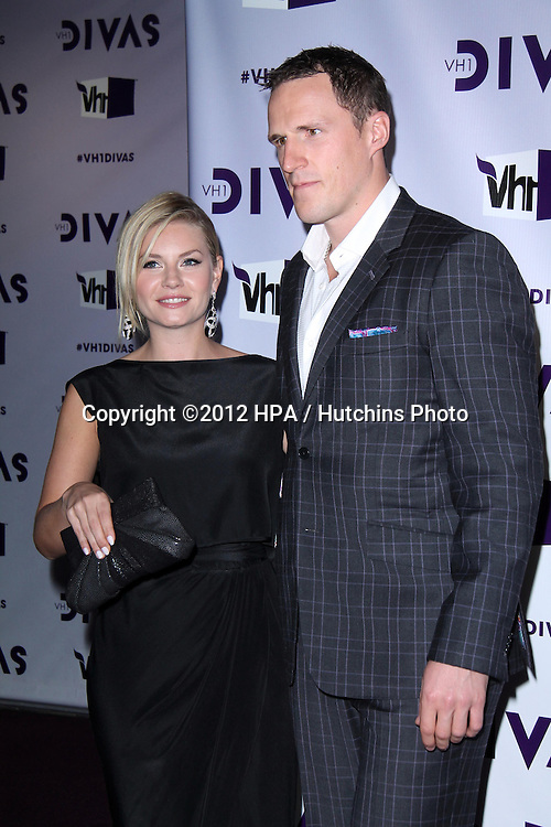 LOS ANGELES - DEC 16:  Elisha Cuthbert, Dion Phaneuf arriving at the VH1 Divas Concert 2012 at Shrine Auditorium on December 16, 2012 in Los Angeles, CA