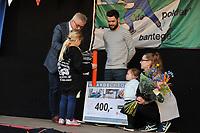 SCHAATSEN: BANTEGA: 08-04-2017, IJsclub 'de Polder' zette zaterdagavond Sjinkie Knegt in het zonnetje voor zijn prestaties van het afgelopen shorttrackseizoen. Hoogtepunt was het behalen van de wereldtitel op de 500 meter en de relay tijdens de KPN ISU World Short Track Championships in Rotterdam Ahoy. <br /> <br /> Ook de World Cup in Salt Lake City aan het begin van het seizoen, waar Sjinkie de 1500 meter wist te winnen in een wereldrecord van 2.07,943, geldt natuurlijk als hoogtepunt. Verder behaalde hij tijdens de Europese Kampioenschappen shorttrack in het Italiaanse Turijn de bronzen medaille. In de relayfinale bezorgde Sjnkie met een fantastische slotronde Nederland alsnog de Europese titel. Allemaal prestaties waar hij met trots op terug kan kijken.<br /> <br /> In het centrum van Bantega werd Sjinkie samen met zijn vrouw Fenna en dochtertje Myrthe in de bloemetjes gezet en ontving hij onder andere een waardecheque, &copy;foto Martin de Jong