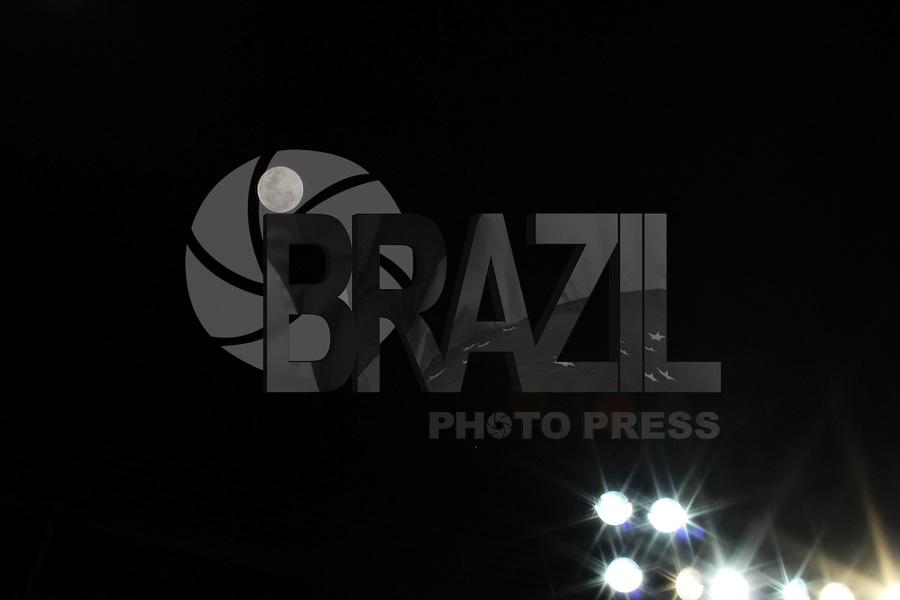 BELO HORIZONTE, MG, 27.09.2015 - SUPER-LUA - Super-lua é vista a partir da cidade de Belo Horizonte na noite deste domingo, 27. (Foto: Doug Patrício/Brazil Photo Press)