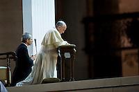 Roma, 7 Settembre, 2013. Papa Francesco prega in Piazza San Pietro durante la veglia di preghiera contro l'intervento armato in Siria e contro tutte le guerre