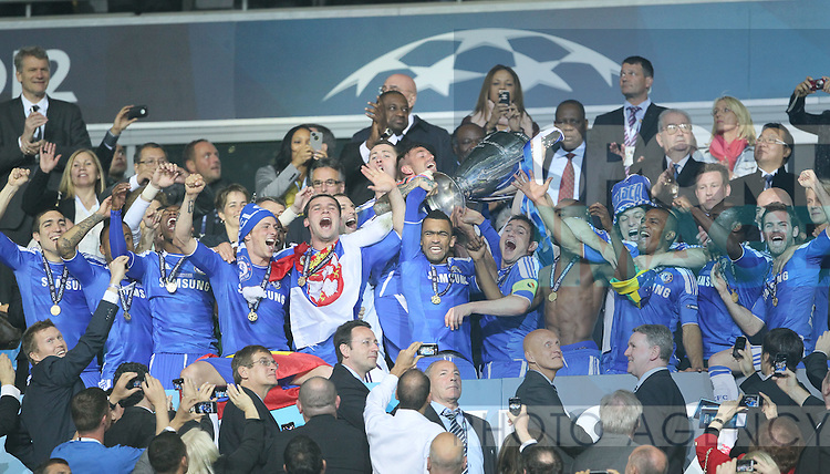 Frank Lampard of Chelsea lifts the 2012 Champions League trophy.in the UEFA Champions League final, Bayern Munich v Chelsea at the Allianz Arena, Munich, Germany on the 19th May 2012. Pic David Klein/SPORTIMAGE...