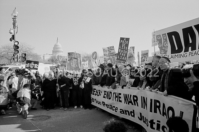Washington DC.District of Columbia.USA.January 27, 2007..An anti-Iraqi war demonstration steps off the National Mall in Washington DC lead by Sean Penn, Jessie Jackson, Susan Sarandon, Jane Fonda and Tim Robins. Tens of thousands massed to demand that Congress cut off funds for the Iraq war.  ....