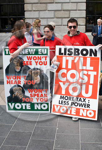 DUBLIN - IRELAND - 10 JUNE 2008 -- Irish referendum on the Lisbon Treaty. -- Satirical stand calling Irish Citizens to vote 'no' during referendum. Ireland risks bringing the European Union 'to a halt' if it rejects a disputed new EU treaty this week, Prime Minister Brian Cowen warned ahead of the referendum watched anxiously in Europe. -- PHOTO: Wiktor DABKOWSKI / EUP-IMAGES