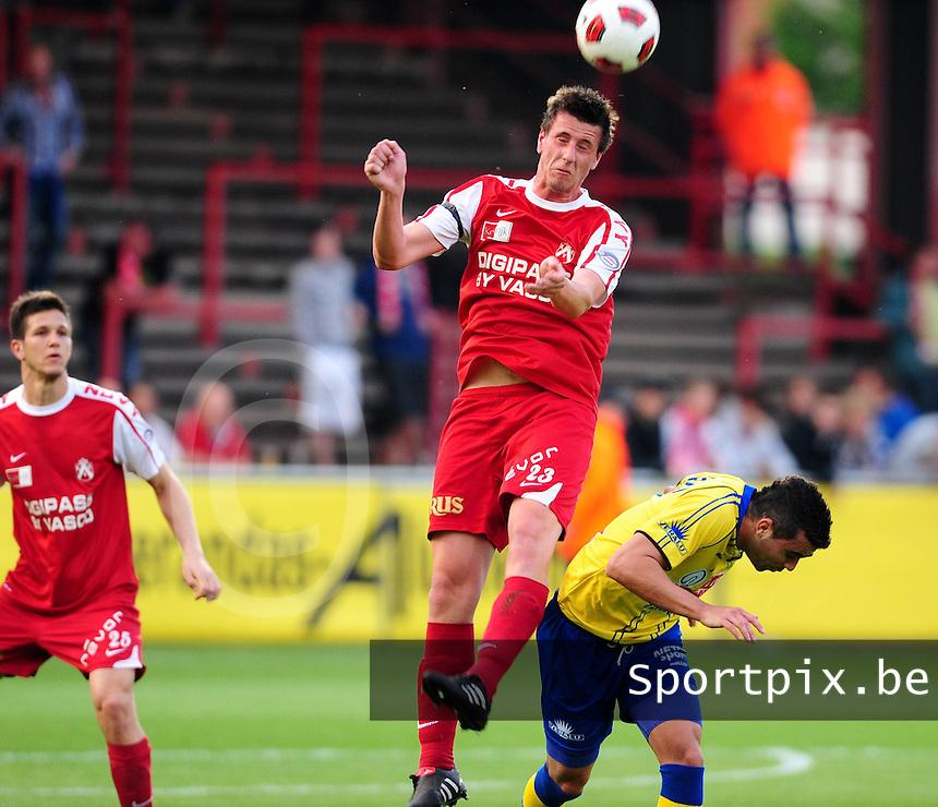 KV Kortrijk- KVC Westerlo : Jonas Vervaeke wint het kopduel makkelijk van Ellinton Costa.foto VDB / BART VANDENBROUCKE