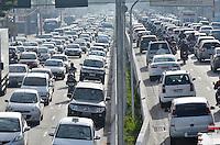 SÃO PAULO, SP, 05.06.2014 – TRÂNSITO EM SÃO PAULO - Trânsito congestionado na Av. Moreira Guimarães, próximo ao aeroporto de Congonhas,  zona sul de São Paulo na manhã desta quinta feira. (Foto: Levi Bianco / Brazil Photo Press)