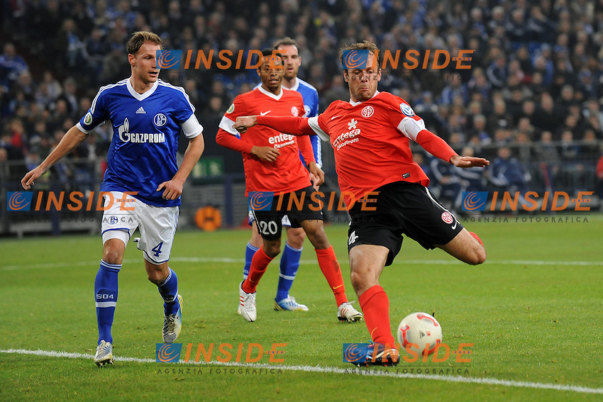 18.12.2012, Veltins Arena, Gelsenkirchen, GER, DFB Pokal, Schalke 04 vs 1. FSV Mainz 05, Achtelfinale, im Bild Benedikt Hoewedes ( links Schalke 04 ) kann Nikolce Noveski ( rechts FSV Mainz 05/ Action/ Aktion ) nicht am Torschuss hindern // during German DFP Pokal last sixteen match between Schalke 04 and 1. FSV Mainz 05 at the Veltins Arena, Gelsenkirchen, Germany on 2012/12/18. EXPA Pictures © 2012, PhotoCredit: EXPA/ Eibner/ Thomas Thienel..***** ATTENTION - OUT OF GER ***** .Football Calcio 2012/2013.Bundesliga Germania.Foto Expa / Insidefoto .ITALY ONLY