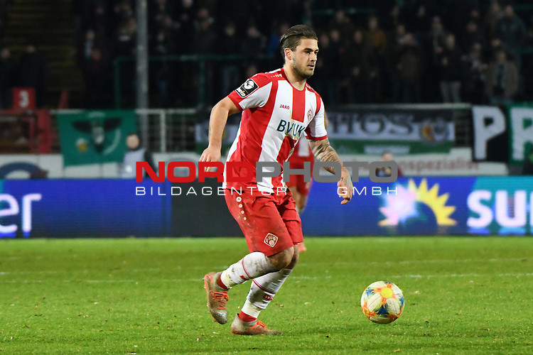 14.02.2020, Preußenstadion, Münster, GER, 3.FBL, SC Preussen Muenster vs. FC Wuerzburger Kickers, <br /> <br /> DFL REGULATIONS PROHIBIT ANY USE OF PHOTOGRAPHS AS IMAGE SEQUENCES AND/OR QUASI-VIDEO<br /> <br /> im Bild<br /> Dominic Baumann (FC Würzburger Kickers #9), Aktion / Einzelbild / mit Ball.<br /> <br /> Foto © nordphoto / Paetzel