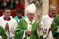 Papa Francesco lascia la Basilica di San Pietro in Vaticano dopo aver celebrato una Messa in occasione della Giornata Mondiale dei Poveri. 17 novembre 2019.<br /> Pope Francis leaves at the end of a mass marking the World Day of the Poor in Saint Peter's Basilica at the Vatican, on November 17, 2019.<br /> UPDATE IMAGES PRESS/Isabella Bonotto<br /> <br /> STRICTLY ONLY FOR EDITORIAL USE