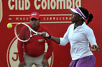 BOGOTA - COLOMBIA - 14-04-2016: Sachi Vickery de Estados Unidos, devuelve la bola a Lourdes Dominguez de España,  durante partido por el Claro Colsanitas WTA, que se realiza en el Club El Rancho de Bogota. / Sachi Vickery from United States, returns the ball to Lourdes Dominguez from Spain, during a match for the WTA Claro Colsanitas, which takes place at Club El Rancho de Bogota. Photo: VizzorImage / Luis Ramirez / Staff.