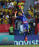 BARRANQUILLA  - COLOMBIA - 8-10-2015: David Ospina  guardameta  de la seleccion Colombia  disputa el balon con  la seleccion Peru durante primer partido  por por las eliminatorias al mundial de Rusia 2018 jugado en el estadio Metropolitano Roberto Melendez  / : David Ospina  goalkeeper of Colombia  fights for the ball with  of selection of Peru during first qualifying match for the 2018 World Cup Russia played at the Estadio Metropolitano Roberto Melendez. Photo: VizzorImage / Felipe Caicedo / Staff.