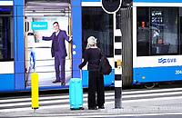 Nederland - Amsterdam-  2020.Tram met de tekst Welkom rijdt langs een toerist.  Foto Berlinda van Dam / ANP / Hollandse Hoogte