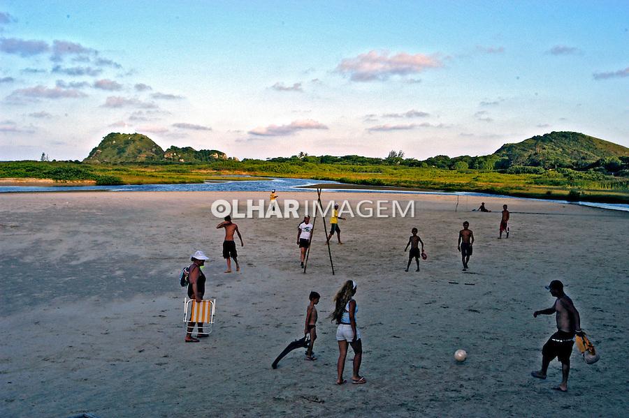 Jogo de futebol na Ilha do Mél. Paraná. 2006. Foto de Thais Falcão.
