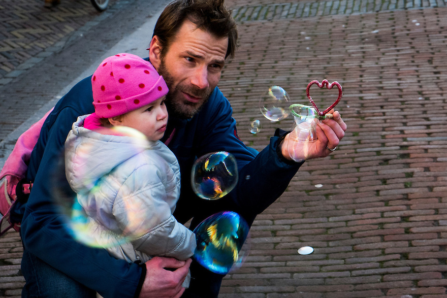 Nederland, Utrecht, 21 feb 2014<br />  Vader met dochterje en bellenblaasding. <br /> <br /> Foto(c): Michiel Wijnbergh