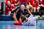 Eskilstuna 2014-10-03 Handboll Elitserien Eskilstuna Guif - Alings&aring;s HK :  <br /> Sk&ouml;vdes Jonas Samuelsson har skadat sig under den f&ouml;rsta halvleken och tittas till av Sk&ouml;vdes sjukv&aring;rdare<br /> (Foto: Kenta J&ouml;nsson) Nyckelord:  Eskilstuna Guif Sporthallen IFK Sk&ouml;vde HK skada skadan ont sm&auml;rta injury pain