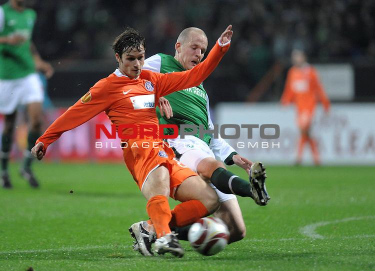 UEFA Euro League 2009/2010 Werder Bremen - <br /> Heimspiel Weserstadion 05.11.2009 - Play-off zur Europa League 09/10 Gruppe L - Gruppenphase<br /> <br /> Werder Bremen (GER) - Austria Wien (AUT)<br /> <br /> Petri Pasanen ( Bremen FIN #3 ) rettet in letzter Sekunde vor Emin Sulimani ( Wien #23 )<br /> <br /> Foto &copy; nph ( nordphoto )