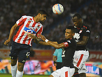 BARRANQUILLA  - COLOMBIA, 11-04-2018: Luis Carlos Ruiz (Izq.) del Atlético Junior  disputa el balón con William Tesillo  (Centro) y Baldomero Perlaza (Der.) del Independiente Santa Fe durante partido por la fecha 14 de la Liga Águila I 2018 jugado en el estadio Metropolitano Roberto Meléndez de la ciudad de Barranquilla. /Luis Caros Ruiz (L) of Atlletico Junior  fights for the ball with William Tesillo (Center)and Baldomero Perlaza(R) of Independiente Santa Fe   during match for the date 14 of the Aguila League I 2018 played at Metropolitano Roberto Melendez stadium in Barranquilla  city. Photo: VizzorImage/Alfonso Cervantes /Cont