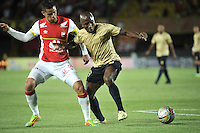 BOGOTA - COLOMBIA - 08-08-2015: Yulian Anchico (Izq.) jugador de Independiente Santa Fe disputa el balón con Edison Palomino (Der.) jugador de Aguilas Doradas, durante partido por la fecha 5 entre Independiente Santa Fe y Aguilas Doradas de la Liga Aguila II-2015, en el estadio Nemesio Camacho El Campin de la ciudad de Bogota. / Yulian Anchico (L) player of Independiente Santa Fe struggles for the ball with Edison Palomino (R) player of Aguilas Doradas, during a match of the 5 date between Independiente Santa Fe and Aguilas Doradas, for the Liga Aguila II -2015 at the Nemesio Camacho El Campin Stadium in Bogota city, Photo: VizzorImage / Luis Ramirez / Staff.