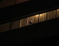 SÃO PAULO,SP,05.05.2015 - PANELAÇO-SP - Moradores de prédio no bairro do Alto da Lapa região oeste de São Paulo são vistos fazendo panelaço contra o programa eleitoral do Partido dos Trabalhadores na noite desta terça-feira (05). (Foto Marcio Ribeiro/Brazil Photo Press)