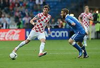 FUSSBALL  EUROPAMEISTERSCHAFT 2012   VORRUNDE Italien - Kroatien                    14.06.2012 Mario Mandzukic (li, Kroatien) gegen Daniele De Rossi (re, Italien)