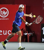 BOGOTA- COLOMBIA 24-07-2015: Tatsuma Ito de Japon, devuelve la bola a Bernard Tomic de Australia,durante partido del ATP Claro Open Colombia de Tenis en las canchas del Centro de Alto rendimiento en Altura en la ciudad de Bogota. / Tatsuma Ito of Japan returns the ball to Bernard Tomic of Australia during a match to the ATP Claro Open Colombia of Tennis in the courts of the High Performance Center in Altura in Bogota City. Photo: VizzorImage / Luis Ramirez / Staff.