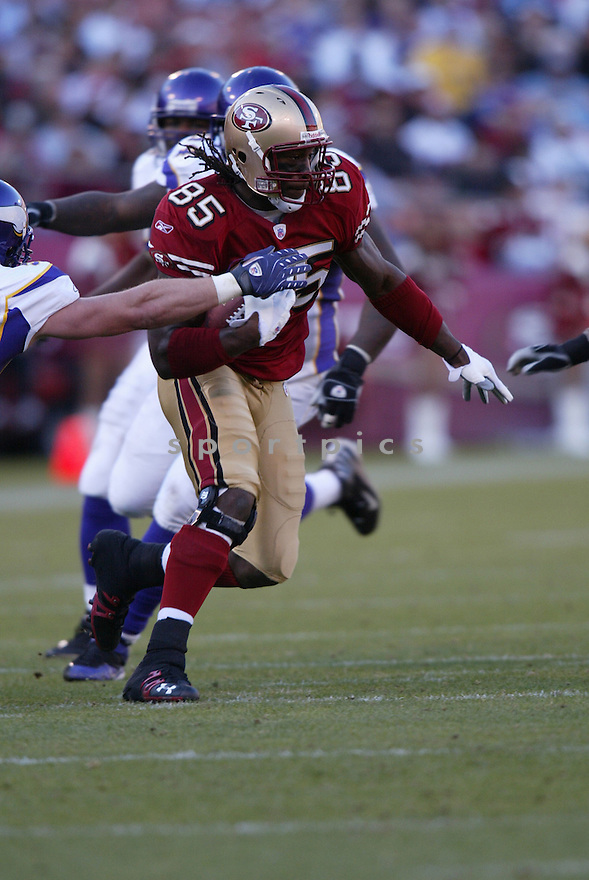 VERNON DAVIS, of the San Francisco 49ers  in action during the 49ers game against the Minnesota Vikings on December 9, 2007 in San Francisco, California...VIKINGS win 27-7..SportPics