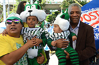 MEDELLIN - COLOMBIA - 27-10-2013: Se realiza el Dia de Hincha Verde,  en el estadio Atanasio Girardot de la ciudad de Medellin, octubre 27 de 2013. Francisco Maturana , el cerebro de la conquista mas grande del futbol verde como es la Copa Libertadores, será el hombre al que se le rendirá  tributo por parte de los aficionados verdes en la octava versión del Dia del Hincha Verde. Foto: VizzorImage / Luis Rios / Str.) It performs Green Day Fan, in the Atanasio Girardot stadium in the city of Medellin, October 27, 2013. Francisco Maturana, the brain of the greatest football conquest green as the Copa Libertadores, will be the man to pay tribute to him by fans built in the eighth version of Green Day's Fan. Photo: VizzorImage / Luis Rios / Str)