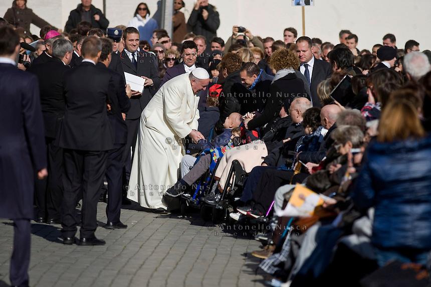 Papa Francesco Piazza San Pietro saluta i malati al termine della Udienza Generale.