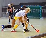 Almere - Zaalhockey Amsterdam-Den Bosch (v)  .    Sian Keil (DBO) . links Yasmin Geerlings. TopsportCentrum Almere.    COPYRIGHT KOEN SUYK